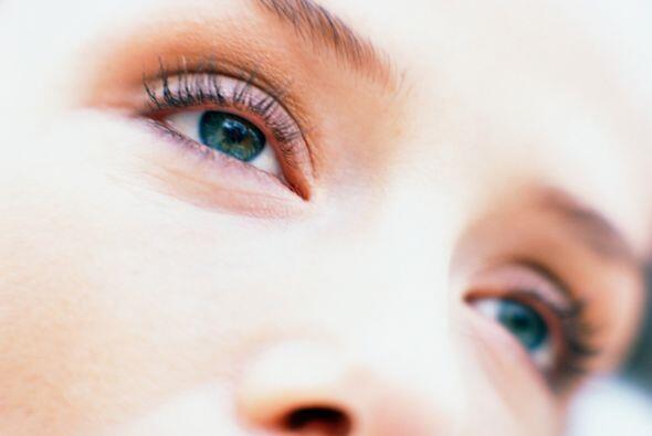 La mayoría de las mujeres padece de las horribles bolsas en los ojos par...