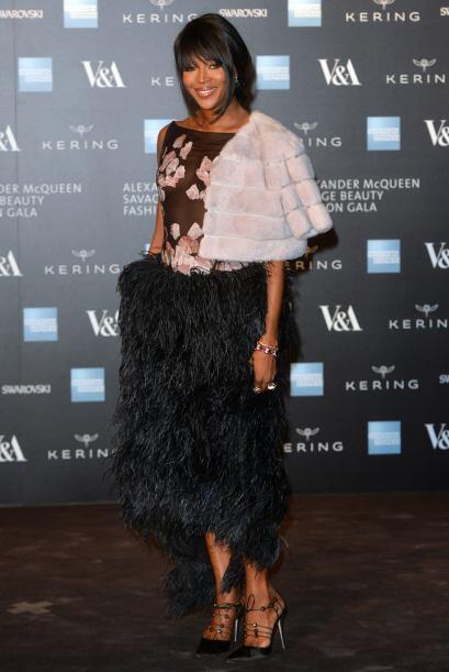 La modelo Naomi Campbell decidió llevar una falda espectacular, de corte...