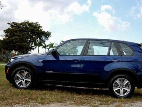 La BMW X5 se renovó en el 2011 para seguir siendo una de las SUV más imp...
