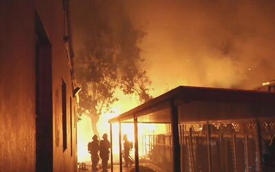 Un voraz incendio dejó sin hogar a más de una familia en la ciudad de Miami