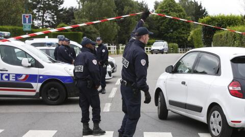 La policía francesa trabaja en la escena del crimen.