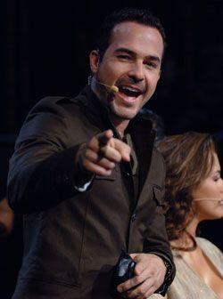 Sonriente y siempre dispuesto a enfrentar a las chicas, Carlos ayudó a c...
