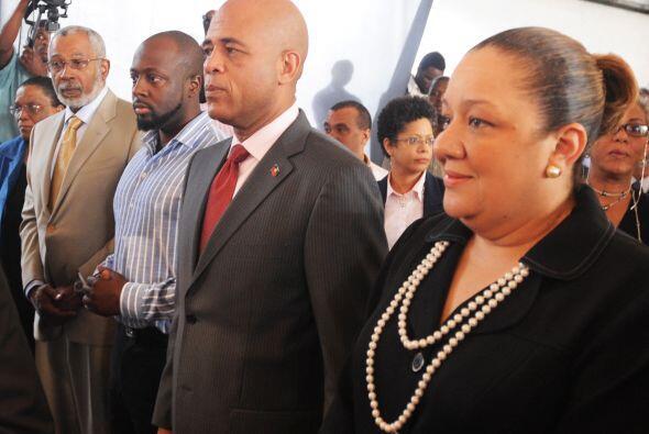 El nuevo presidente de Haití de 50 años se mostró radiante al lado de su...