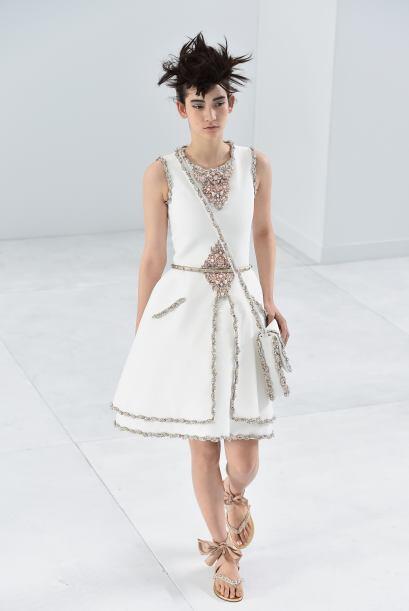¿Qué les pareció la combinación de elegantes vestidos con sandalias pata...