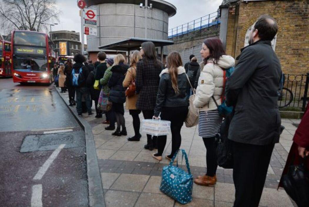 Desde primera hora de la mañana, había largas filas en las paradas de au...