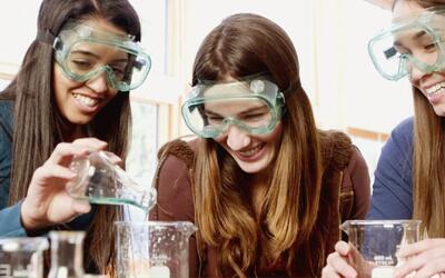 Una organización motiva a latinas a estudiar ingeniería, matemáticas y c...