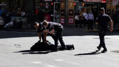 La policía de NY abatió a un hombre con martillo en mano