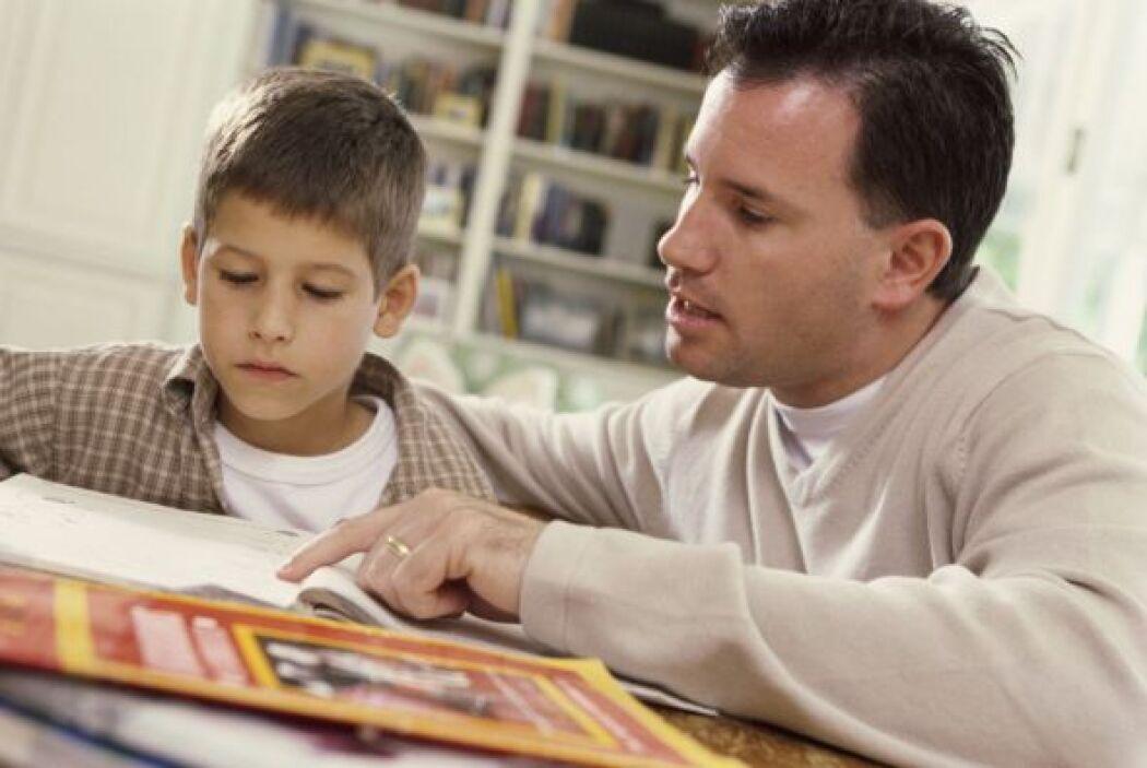 Cuando su hijo pide ayuda, oriéntelo, no le dé la respuesta. Si usted le...