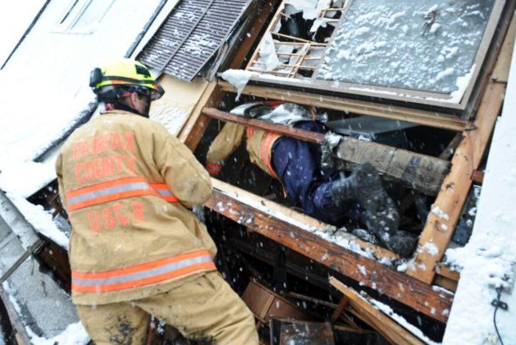 Las tareas de rescate se dificultan debido a las gélidas temperaturas. S...