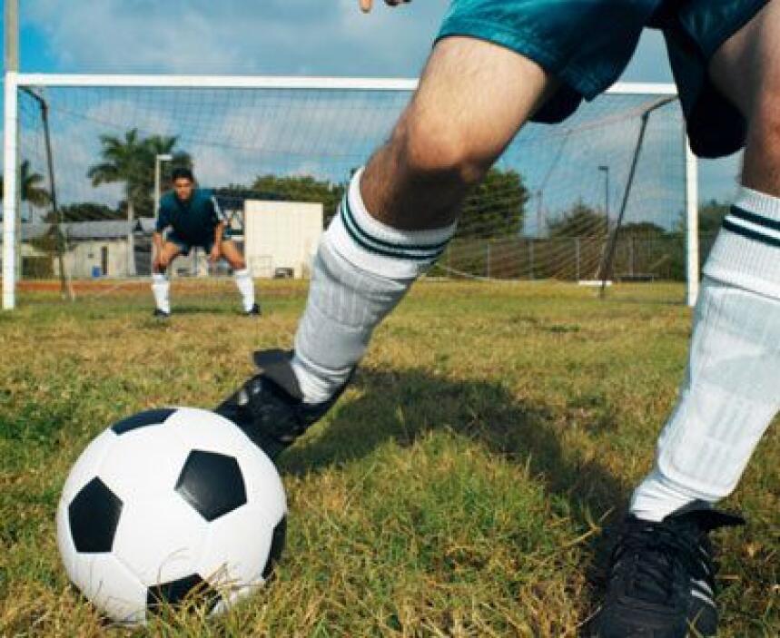 SOCCER. No sólo es el deporte más popular del mundo por los estadios que...