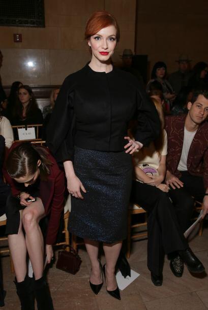 Christina Hendricks apostó por un 'look' sobrio y en color negro,...