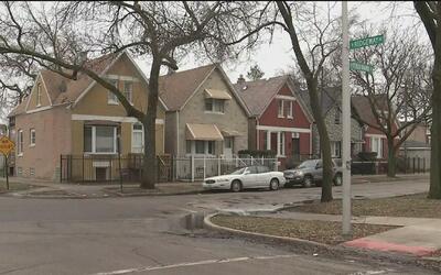 Una madre del oeste de Chicago enfrenta cargos porque su hija se disparó...