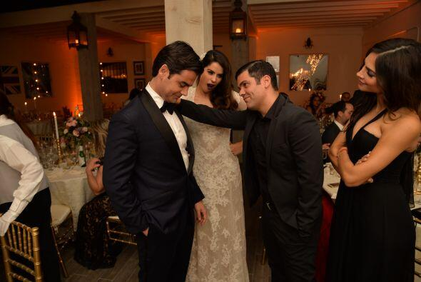 Ya en la fiesta, Anibal bromeó con Jorge sobre su nuevo estado civil.