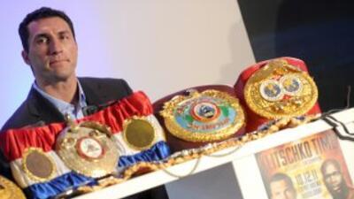 Vladimir Klitschko deberá esperar para defender sus cinturones.