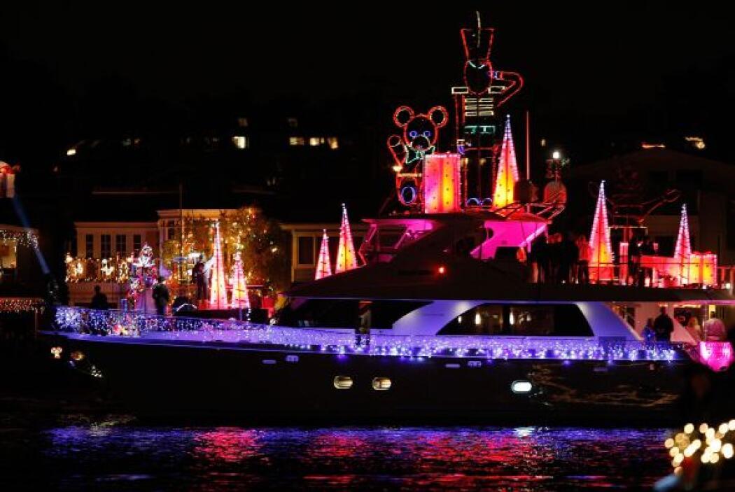 Al caer la tarde las luces resaltan y los botes empiezan su recorrido. A...
