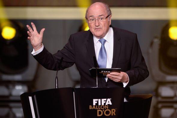 Joseph Blatter, máximo dirigente de la FIFA, subió al estr...