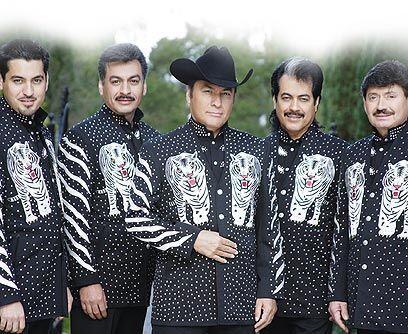Jorge Hernández, en el medio con sombrero negro,  líder de...