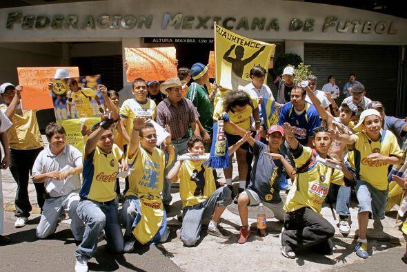 Muchos hinchas protestaron en la puerta de la Federación Mexicano...