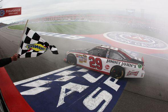 Johnson, cinco veces ganador en Fontana, con sólo tres vueltas para el f...
