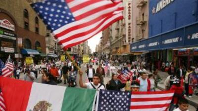 Inmigrantes de origen mexicano durante una manifestación de apoyo a la r...