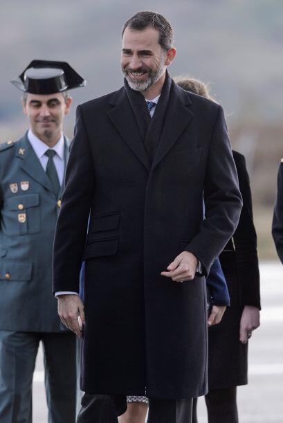 Desde el aeropuerto de Barajas en Madrid, los Reyes de España com...