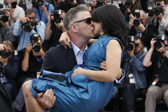 Alec cargando cariñosamente a Hilaria en el festival de Cannes. Mira aqu...