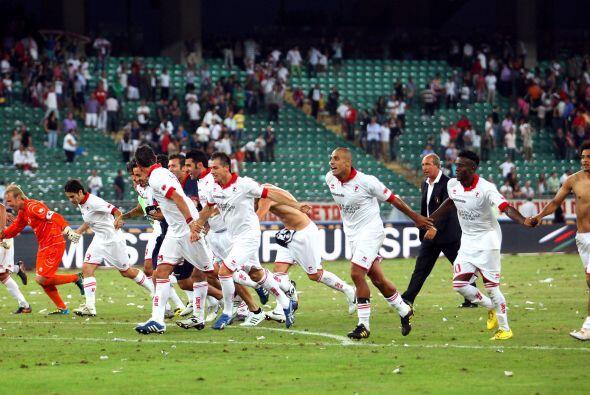 Al término del duelo, los hombres del Bari festejaron el resultado con s...