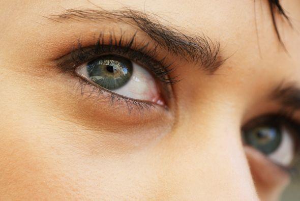 La parte blanca del ojo se llama esclerótica está cubierta por una membr...