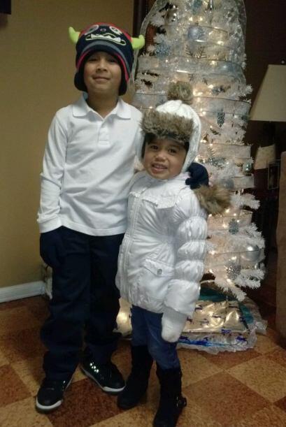 Christian y Vocky frente a su arbolito de navidad.