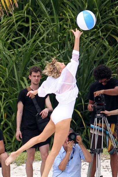 Charlize Theron sexy y juguetona en blanco. Mira aquí más videos de Chis...