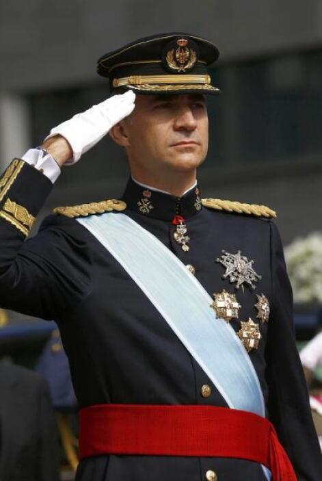 El rey, vestido con el uniforme de gran etiqueta del Ejército de Tierra,...