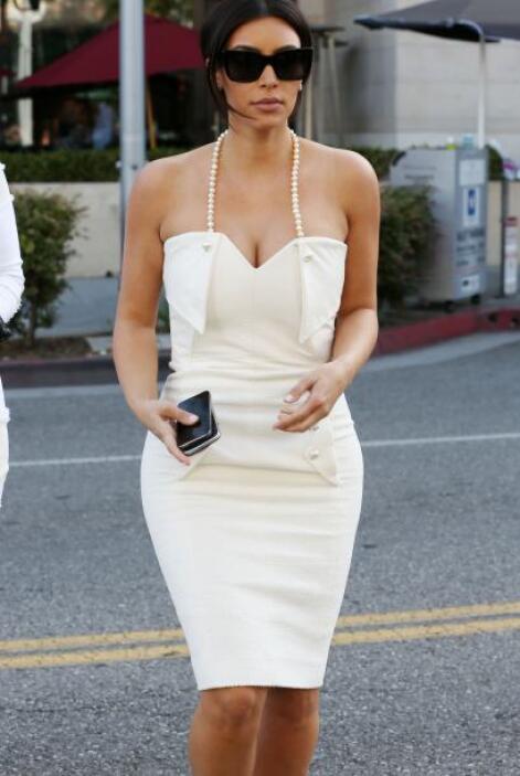 Kim lucía radiante en un vestido blanco que remataba en un halter de per...