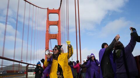 Miles de personas se reunieron en el Golden Gate Bridge en San Francisco...