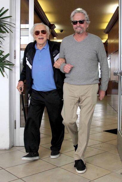 Michael Douglas sale a pasear con su padre, el legendario actor Kirk Dou...