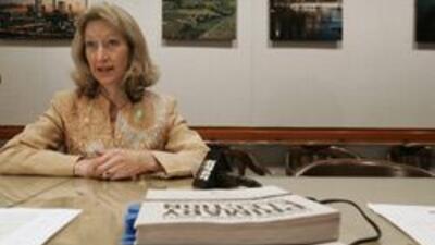 La secretaria de Estado, Deborah Bowen, muestra copias de la boleta elec...