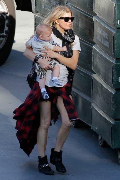 Con un estilo muy juvenil, la cantante se paseó con su beb&eacute...