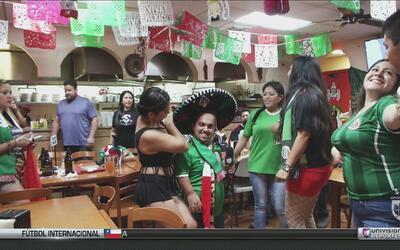 Elvis Rojas estuvo viendo el partido de El Salvador vs México en una taq...