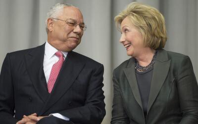Los ex secretarios de Estado, Colin Powell y Hillary Clinton durante una...