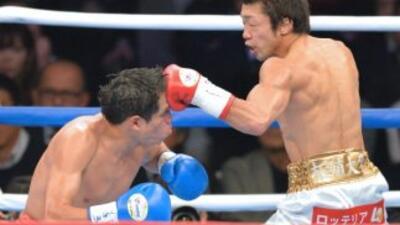 Akira Yaegashi golpea a Edgar Sosa en su victoria para retener el título...