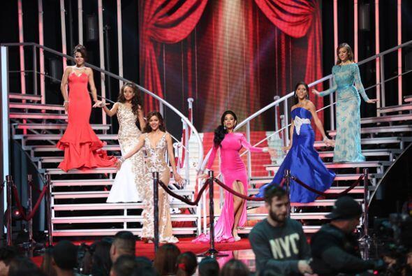 La gala arrancó con un homenaje a Selena. Las chicas se lucieron...