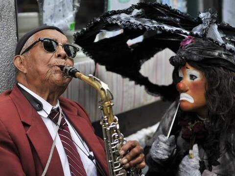Una payasa observa a un músico en el VI Congreso anual de payasos de Lat...