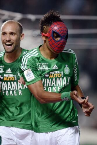 Cuando jugaba para el Saint Etienne también festejaba con una màscara de...