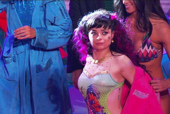 El look de Violeta Isfel fue muy llamativo.