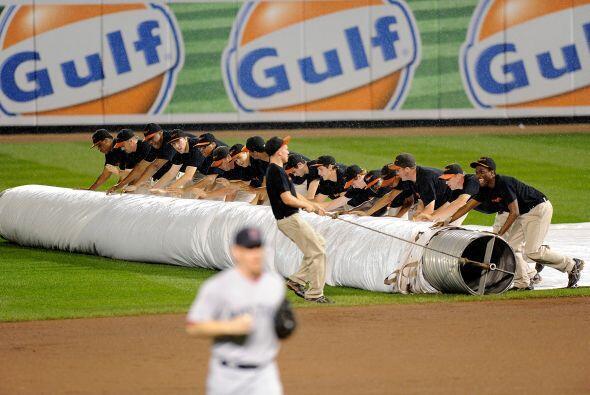 El juego en Baltimore se detiene por lluvia, lo que alarga las emociones...