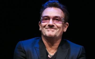 El cantante Bono gana el premio a 'Mujer del Año' y enciende la controve...