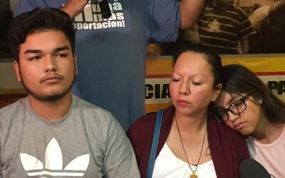Guadalupe Guerrero, acompañada de sus hijos, habla con los medios...