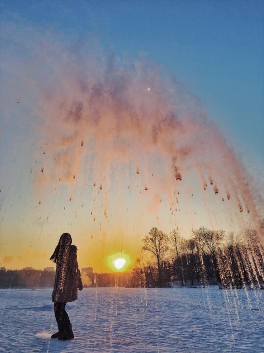 Un estudiante de la Jilin Agricultural University lanza agua al aire par...