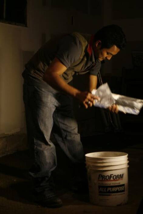 Andres Santos prepara la masa del drywall .  Autor: Tomás Ocaña