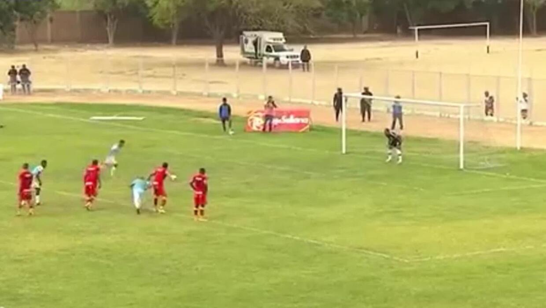 En Perú quisieron imitar el penal de Messi y Suárez, pero terminó en rid...
