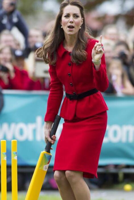 Kate se aventuró a jugar críquet ,un deporte muy importante en Nueva Zel...